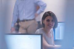 Gruppo di studenti di tecnologia che lavora nel classr della scuola del laboratorio del computer Immagini Stock Libere da Diritti