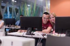Gruppo di studenti di tecnologia che lavora nel classr della scuola del laboratorio del computer Fotografie Stock