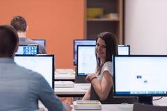 Gruppo di studenti di tecnologia che lavora nel classr della scuola del laboratorio del computer Fotografie Stock Libere da Diritti