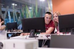 Gruppo di studenti di tecnologia che lavora nel classr della scuola del laboratorio del computer Fotografia Stock Libera da Diritti
