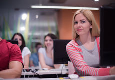 Gruppo di studenti di tecnologia che lavora nella classe di scuola del laboratorio del computer Fotografia Stock Libera da Diritti
