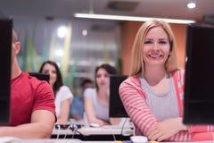 Gruppo di studenti di tecnologia che lavora nella classe di scuola del laboratorio del computer Immagine Stock Libera da Diritti