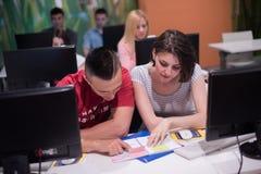 Gruppo di studenti di tecnologia che lavora nella classe di scuola del laboratorio del computer Fotografie Stock
