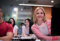 Gruppo di studenti di tecnologia che lavora nella classe di scuola del laboratorio del computer Immagini Stock