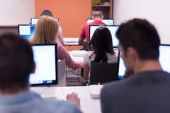 Gruppo di studenti di tecnologia che lavora nella classe di scuola del laboratorio del computer Fotografia Stock