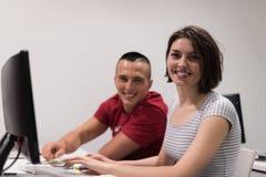 Gruppo di studenti di tecnologia che lavora nella classe di scuola del laboratorio del computer Immagini Stock Libere da Diritti