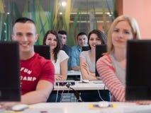 Gruppo di studenti di tecnologia nell'aula della scuola del laboratorio del computer Fotografie Stock Libere da Diritti
