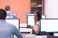 Gruppo di studenti di tecnologia nell'aula della scuola del laboratorio del computer Fotografia Stock Libera da Diritti