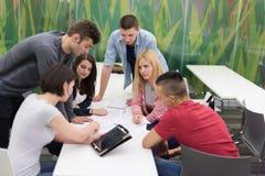 Gruppo di studenti di tecnologia nell'aula della scuola del laboratorio del computer Fotografia Stock