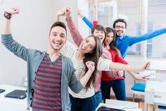 Gruppo di studenti divertendosi all'istituto universitario Immagini Stock