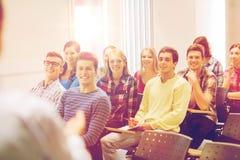 Gruppo di studenti e di insegnante con il taccuino Immagine Stock Libera da Diritti