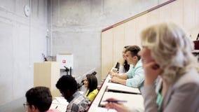Gruppo di studenti e di insegnante nel corridoio di conferenza stock footage