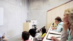 Gruppo di studenti e di insegnante nel corridoio di conferenza archivi video