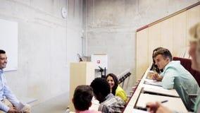 Gruppo di studenti e di insegnante nel corridoio di conferenza video d archivio