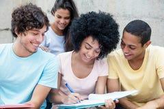 Gruppo di studenti felici che imparano all'aperto sulla città universitaria Immagini Stock Libere da Diritti