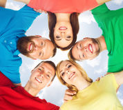 Gruppo di studenti felici che restano insieme Istruzione, università: Immagine Stock
