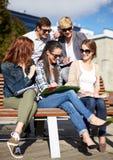 Gruppo di studenti felici con i taccuini alla città universitaria Immagini Stock Libere da Diritti
