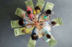 Gruppo di studenti internazionali che fanno livello cinque Immagine Stock Libera da Diritti