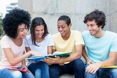 Gruppo di studenti internazionali che imparano all'aperto sulla città universitaria Immagini Stock Libere da Diritti