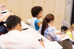 Gruppo di studenti internazionali nel corridoio di conferenza Immagine Stock Libera da Diritti