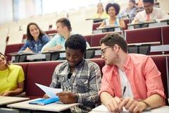 Gruppo di studenti internazionali nel corridoio di conferenza Immagini Stock Libere da Diritti