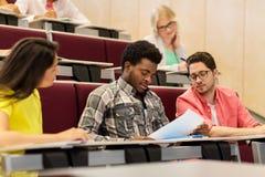 Gruppo di studenti internazionali nel corridoio di conferenza Fotografia Stock