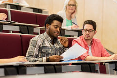 Gruppo di studenti internazionali nel corridoio di conferenza Fotografia Stock Libera da Diritti