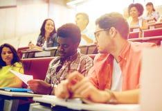 Gruppo di studenti internazionali nel corridoio di conferenza Fotografie Stock