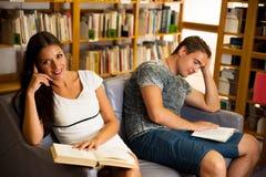 Gruppo di studenti in libri di lettura delle biblioteche - gruppo di studio Fotografia Stock Libera da Diritti