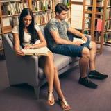 Gruppo di studenti in libri di lettura delle biblioteche - gruppo di studio Immagini Stock Libere da Diritti
