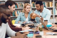 Gruppo di studenti multiculturali etnici in biblioteca Gli studenti stanno studiando Fotografia Stock