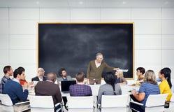 Gruppo di studenti multietnici che ascoltano l'altoparlante Fotografia Stock
