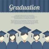 Gruppo di studenti nell'abito e nel tocco di graduazione Fotografia Stock