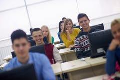 Gruppo di studenti nell'aula del laboratorio del computer Fotografia Stock