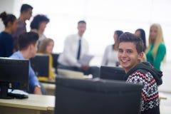 Gruppo di studenti nell'aula del laboratorio del computer Fotografia Stock Libera da Diritti