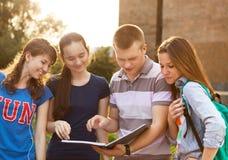 Gruppo di studenti o di adolescenti con i taccuini all'aperto Fotografia Stock Libera da Diritti