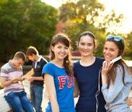 Gruppo di studenti o di adolescenti con i taccuini all'aperto Fotografie Stock Libere da Diritti