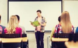 Gruppo di studenti sorridenti in aula Fotografie Stock Libere da Diritti