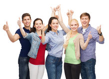 Gruppo di studenti sorridenti che mostrano i pollici su Fotografia Stock Libera da Diritti