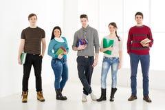 Gruppo di studenti sorridenti con i libri Fotografie Stock Libere da Diritti