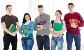 Gruppo di studenti sorridenti con i libri Fotografia Stock