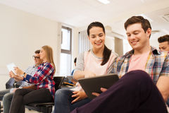 Gruppo di studenti sorridenti con il pc della compressa Immagine Stock