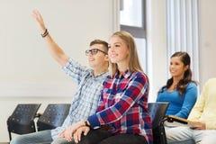 Gruppo di studenti sorridenti nel corridoio di conferenza Fotografia Stock