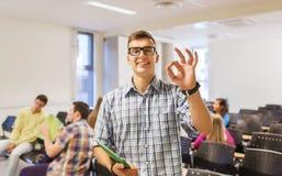 Gruppo di studenti sorridenti nel corridoio di conferenza Immagine Stock Libera da Diritti