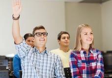 Gruppo di studenti sorridenti nel corridoio di conferenza Immagini Stock Libere da Diritti