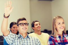 Gruppo di studenti sorridenti nel corridoio di conferenza Fotografia Stock Libera da Diritti