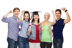 Gruppo di studenti sorridenti stanti con il diploma Fotografia Stock