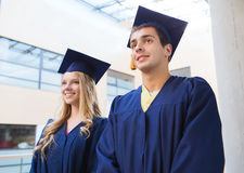 Gruppo di studenti sorridenti in tocchi Immagine Stock