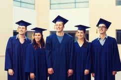 Gruppo di studenti sorridenti in tocchi Fotografie Stock