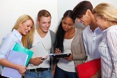 Gruppo di studio nel corridoio dell'università Fotografie Stock Libere da Diritti